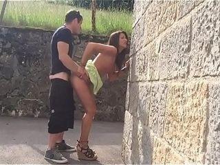Beurette qui suce dans la rue et elle se fait baiser chez elle